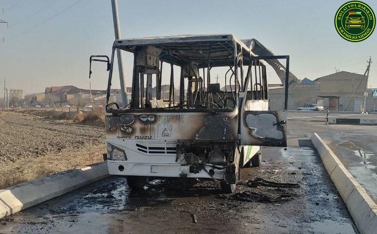 В Бухаре на ходу загорелся пассажирский автобус (фото)