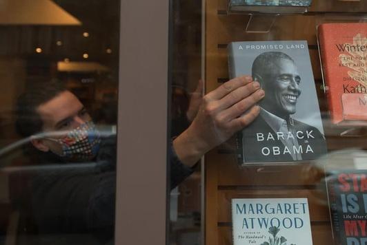 Барак Обаманинг мемуар жанридаги китобидан бир кунда 890 минг дона сотилди.