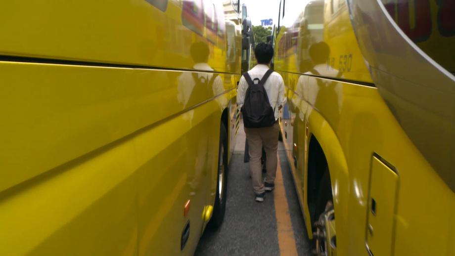 Tokioda sayyohlik avtobuslaridan labirint yaratishdi (foto)