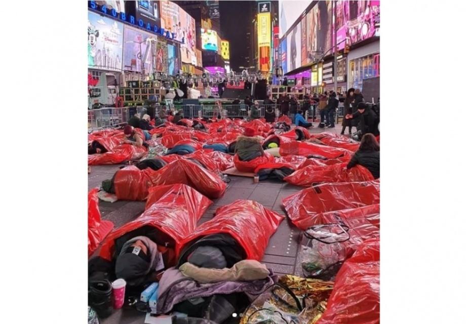 Десятки тысяч людей по всему миру ночевали на улице ради бездомных (фото)