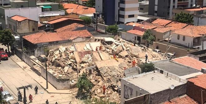 Семиэтажный жилой дом обрушился в Бразилии (видео)
