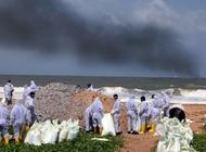 Спасательная команда очищает берег от токсичных отходов после пожара на судне X-Press Pearl