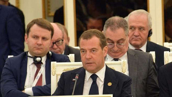 Medvedev Toshkentdagi majlisda dollardan voz kechishni taklif qildi