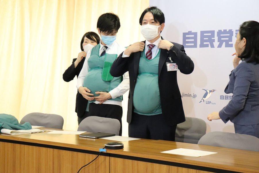 Yaponiyada deputat erkaklar «homiladorlik»ni o'zlarida sinab ko'rishyapti (video)
