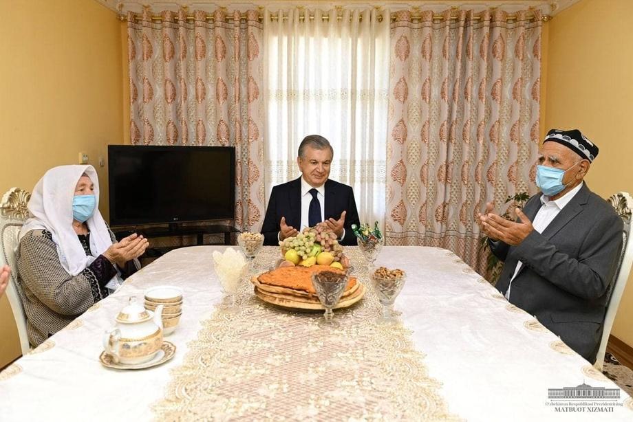 Президент Комил Раҳимов хонадонида меҳмон бўлди (фото)