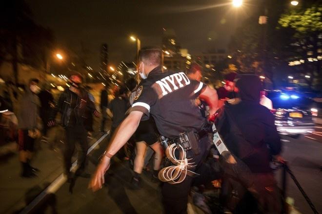 Трамп пообещал остановить массовые беспорядки в США